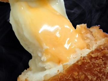 ダブルチーズドッグを一口かじると・・・